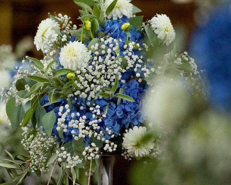 Hochzeit mit blauen Hortensien und Schleierkraut - Floral M