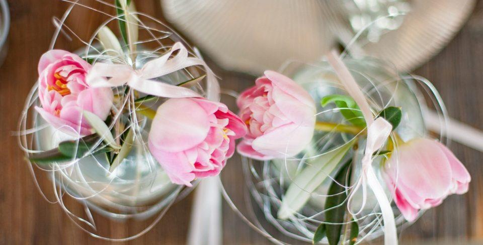 Zartrosa Tulpen in Kugelvasen